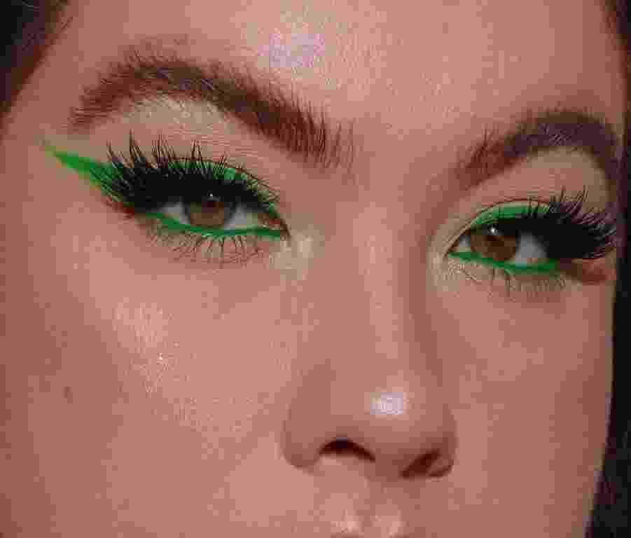 Lápis verde neon - Reprodução/Instagram@makeupbylourose