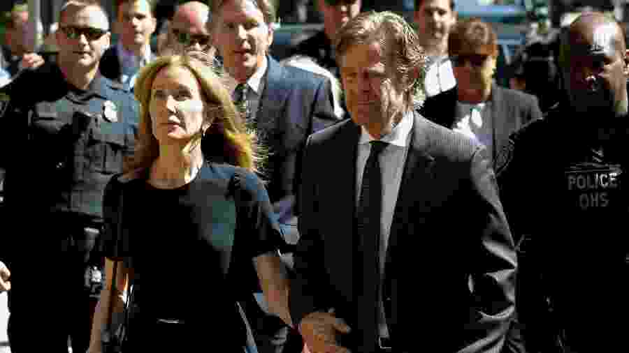 A atriz Felicity Huffman e o marido, o ator William H. Macy, chegam a tribunal - REUTERS/Katherine Taylor