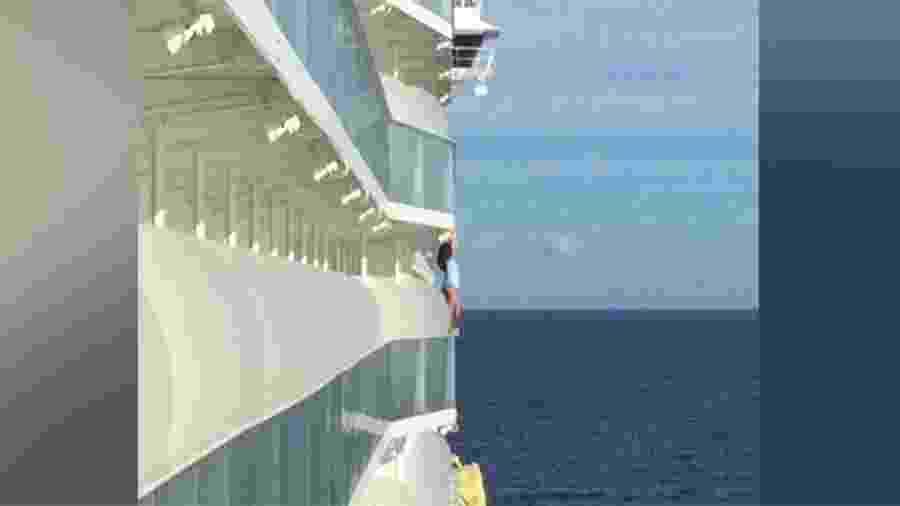 Passageira faz selfie do lado de fora de varanda em cruzeiro da Royal Caribbean - Reprodução