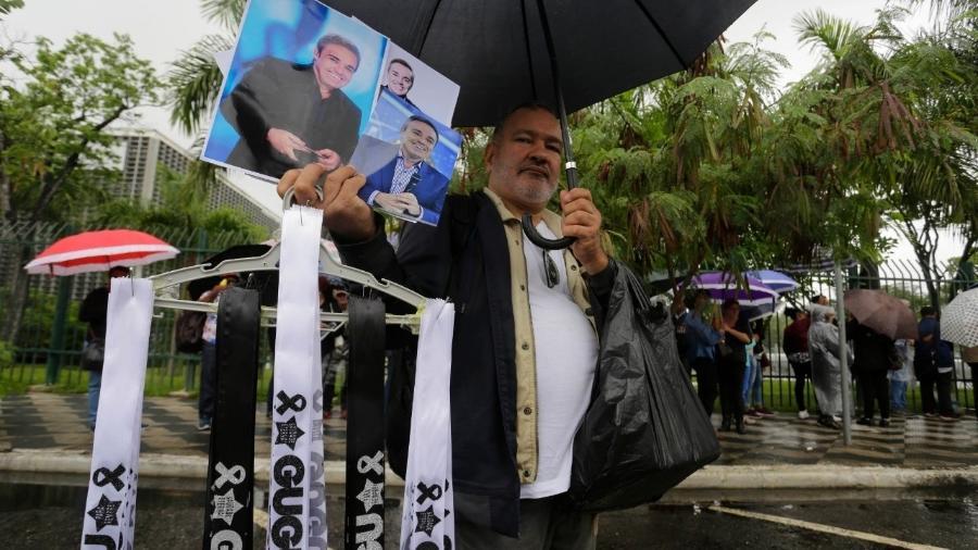 Itens de homenagem a Gugu Liberato são vendidos por ambulantes na frente da Alesp - Nelson Antoine/UOL
