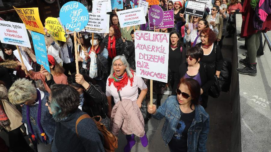 8.mar.2020 - Mulheres vão às ruas em Ancara (Turquia) em celebração ao Dia Internacional da Mulher - Adem Altan/AFP