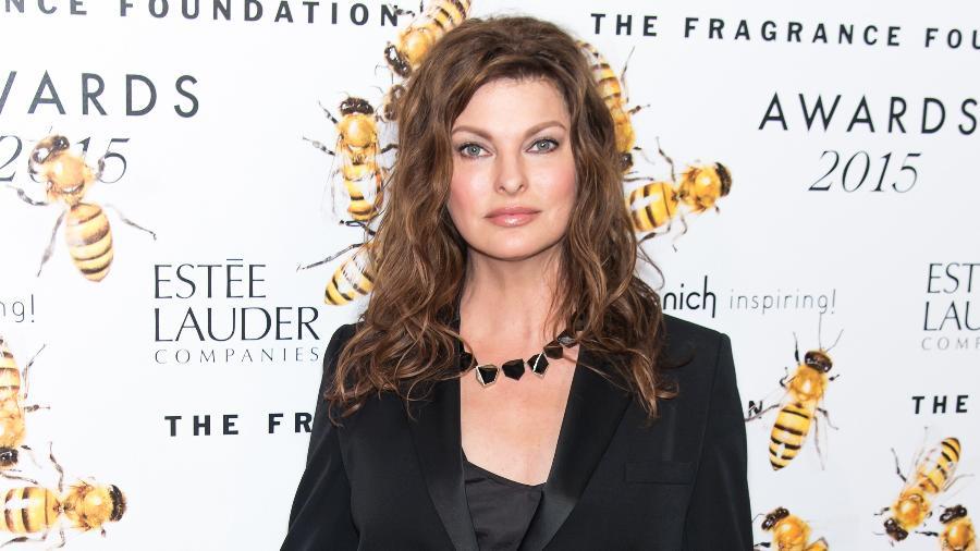 Linda Evangelista durante premiação em 2015, antes de passar pelo procedimento estético - Getty Images