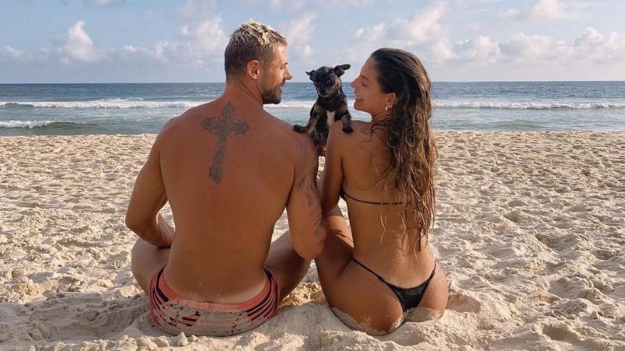 Ex-BBBs Mari Gonzales e Jonas Sulzbach curtem praia - Reprodução/Instagram