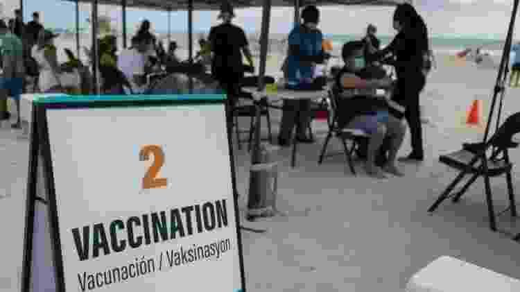Cerca de 175 pessoas, muitos deles turistas latino-americanos, receberam a vacina da Johnson & Johnson neste domingo em um estande temporário na praia de South Beach, Flórida - AFP - AFP