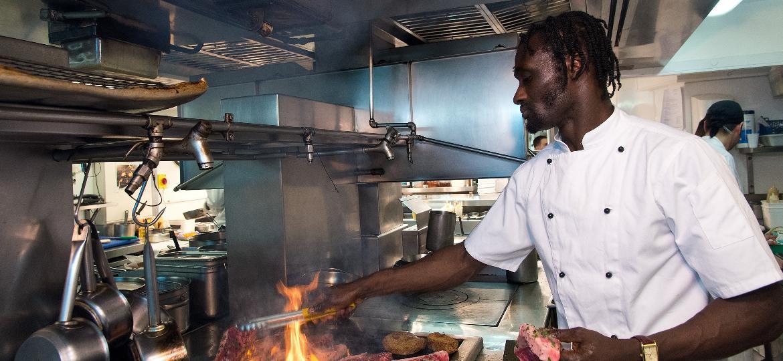 Os cozinheiros estão entre os profissionais mais procurados, o que eleva os salários - Getty Images