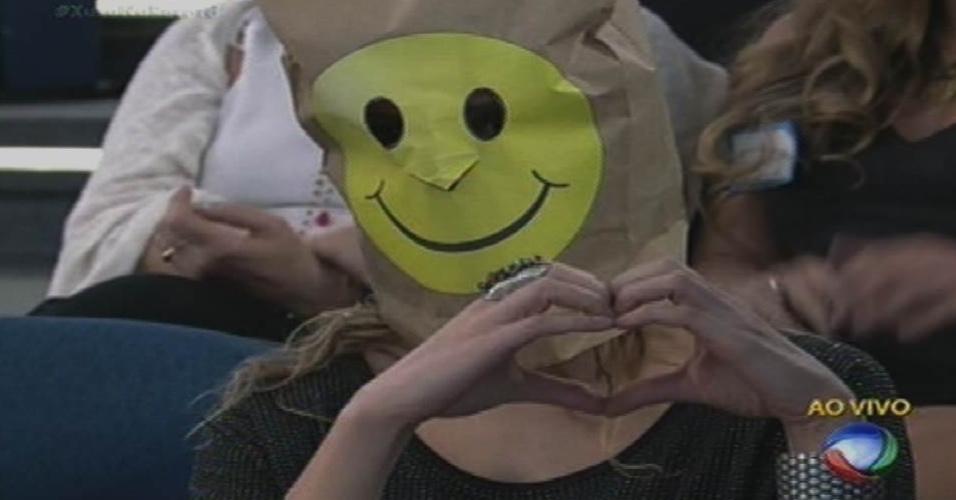 """17.ago.2015 - Pessoa com o rosto coberto por saco de papelão representa colegas da Globo de Xuxa na plateia do """"Xuxa Meneghel"""""""
