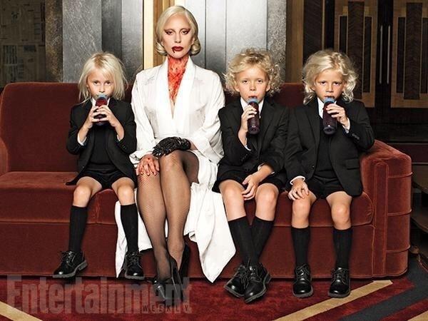 """Lady Gaga aparece ensanguentada em foto de """"Hotel"""", a nova temporada de """"American Horror Story""""."""