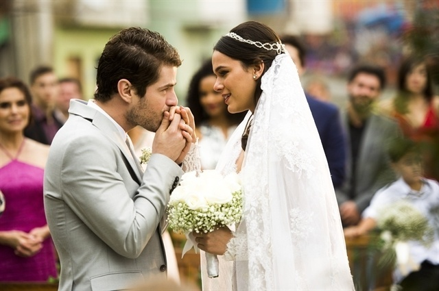 Mari (Bruna Marquezine) e Benjamin (Mauricio Destri) se casam
