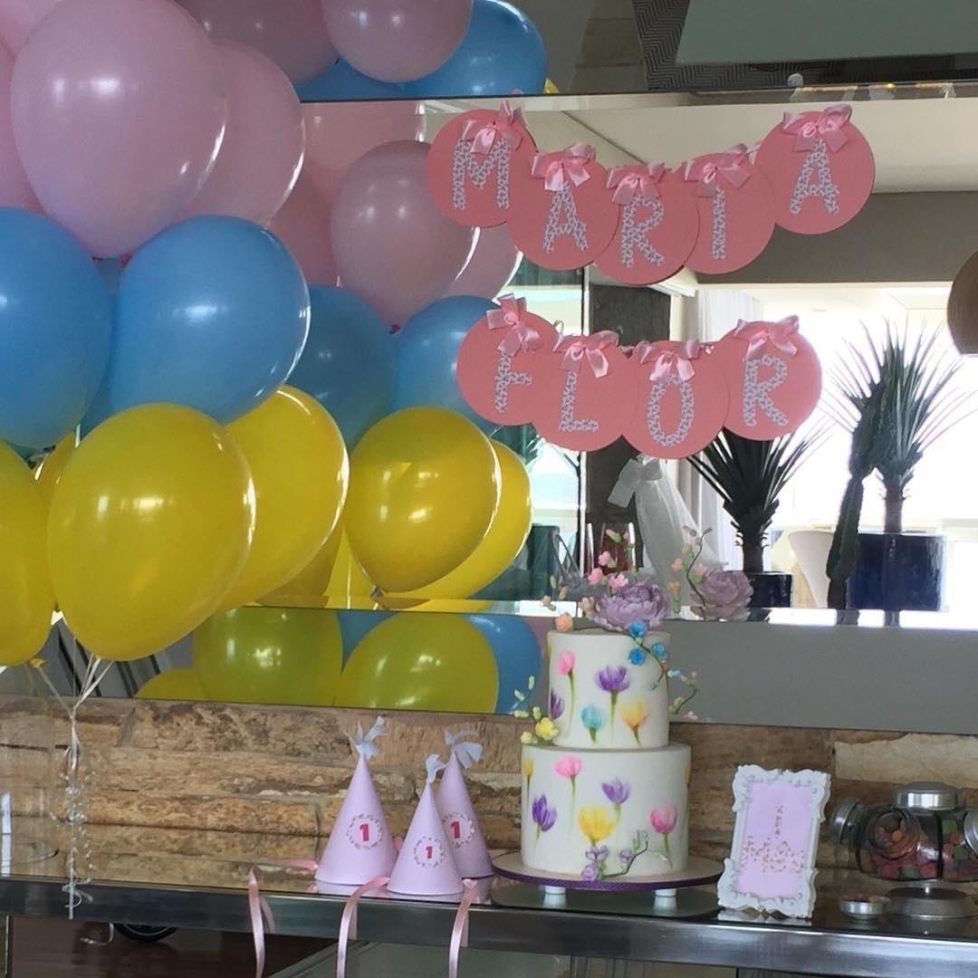 4.jan.2016 - Deborah Secco comemorou o primeiro mês de sua filha, Maria Flor, e mostrou a seus seguidores no Instagram a decoração da festa de aniversário, com direito a bolo, balas e bexigas.