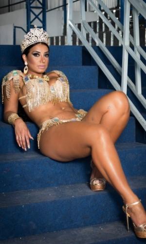 A rainha da bateria Cinthia Santos posa para fotos no barracão