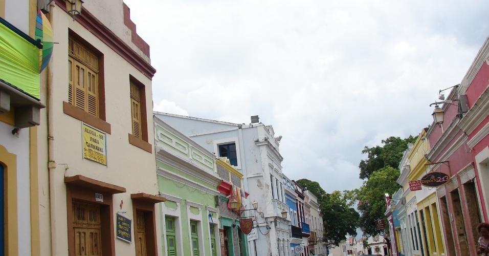 20.jan.2016 - Na Rua de São Bento, considerada a principal de Olinda, onde fica a prefeitura e por onde passam todos os blocos e agremiações carnavalescas, há o maior número de casas para aluguel