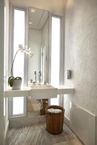 Um segundo lavabo, dedicado à área de lazer, tem bancada livre em Marmoglass com cuba e metais da Deca. O piso, como no restante da área de lazer, é de pedra mineira. A casa Acapulco, no litoral paulista, tem projeto de interiores de Bianka Mugnatto