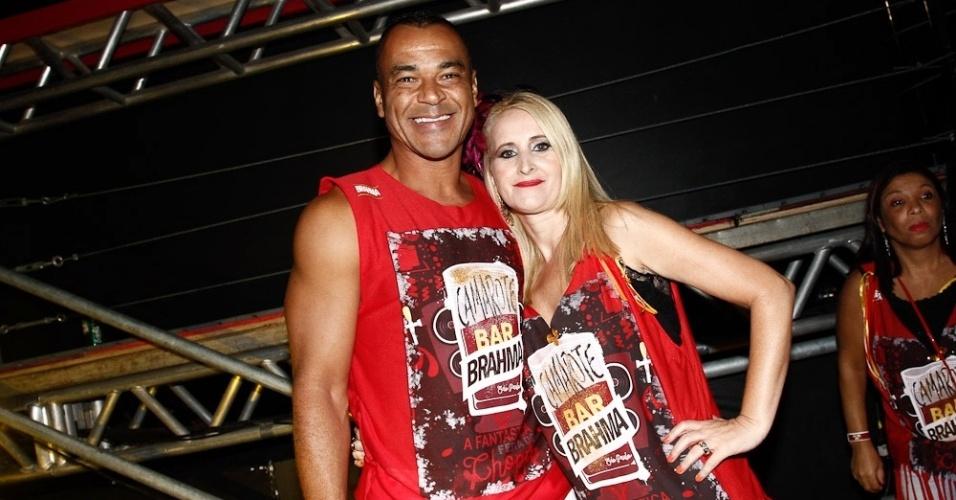 6.fev.2016 - O ex-jogador Cafu chega a camarote no Anhembi acompanhado da mulher, Regina Feliciano