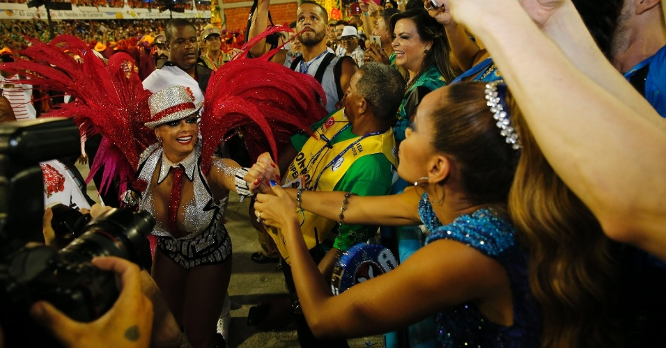 9.fev.2016 - Do camarote, Tais Araújo cumprimenta a rainha de bateria do Salgueiro, Viviane Araújo