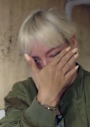 Em conversa com menino do Afeganistão, Lily Allen se emociona e pede desculpas - Reprodução/BBC
