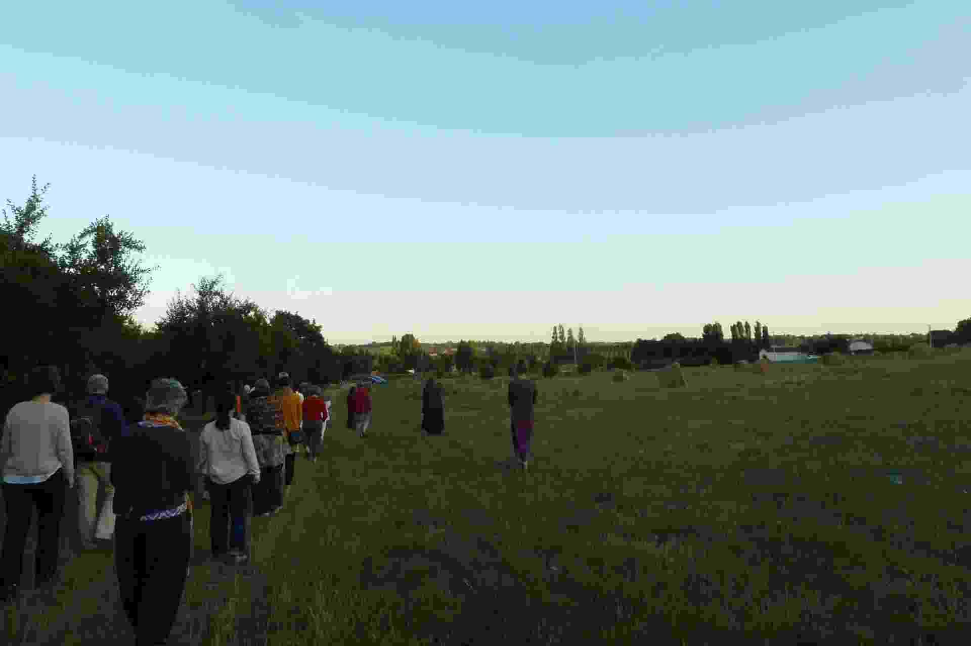 Participantes do retiro no Plum Village, na França, durante passeio meditativo - Arquivo pessoal