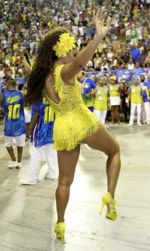 Juliana Alves mostra o rebolado à frente da bateria da Unidos da Tijuca na Sapucaí