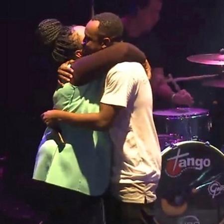 Ex-BBB Roberta abraça Thiaguinho no palco - Reprodução/Instagram
