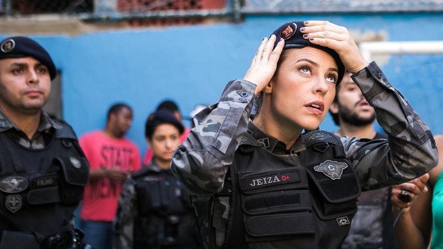 """Jeiza (Paolla Oliveira) em operação policial no morro em """"A Força do Querer"""" - Raquel Cunha/TV Globo"""