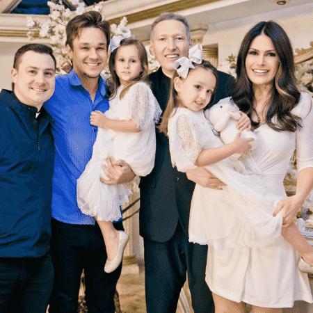 Natália Guimarães e Leandro batizam Maya e Kyara ao lado de Padre Marcelo Rossi e Padre Fabio - Reprodução/Instagram/leandroklb