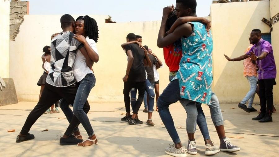 Aula de dança de Kizomba, em Angola - Ampe Rogerio/AFP