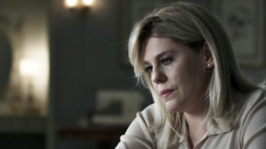 Jô (Bárbara Paz) finge estar abalada com morte de Elizabeth (Gloria Pires) - Reprodução/Globo