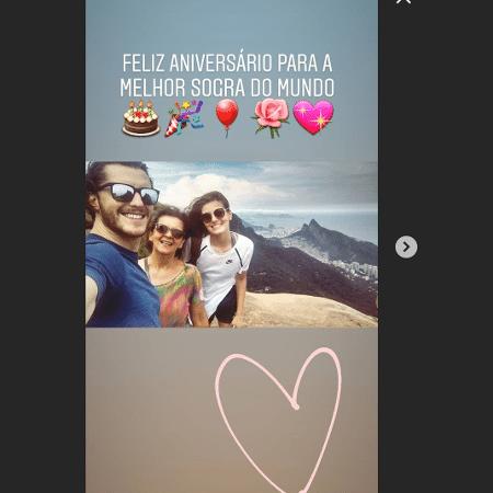 Kelbber Toledo com a mãe, Maria Aparecida da Silva, e a noiva, Camila Queiroz - Reprodução/Instagram