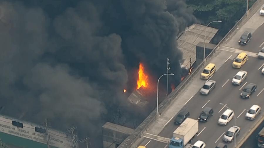 Incêndio em barracão da Império da Tijuca, no Rio - Reprodução/TV Globo