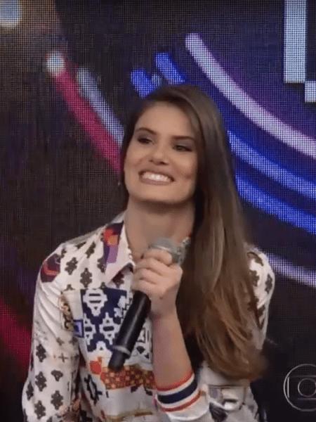 58a909b17 Camila Queiroz usa camisa de seda de R  2