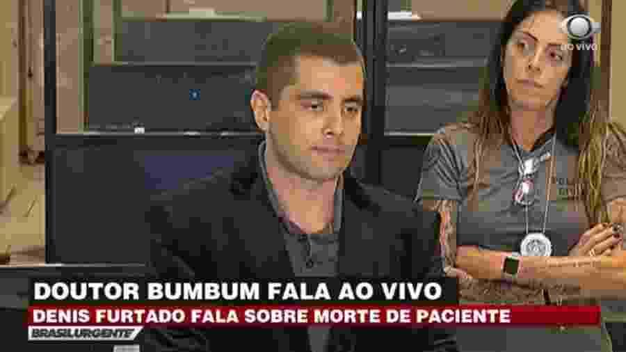 """Repórter do SBT recebe elogio inesperado de Doutor Bumbum: """"Adoro o Silvio Santos"""" - Reprodução/TV Bandeirantes"""