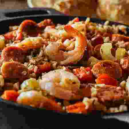 Oito pessoas passaram mal após comerem paella - bhofack2/iStock