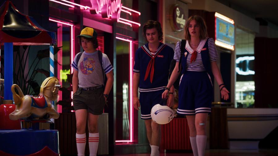 Dustin (Gaten Matarazzo), Steve (Joe Keery) e Robin (Maya Hawke) em cena da terceira temporada de Stranger Things - Divulgação