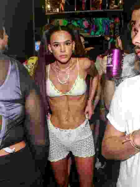 Bruna Marquezine curte bloco em Salvador com cabelão e barriga de fora - Dilson Silva/AgNews