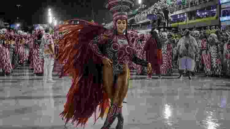 Raíssa Machado, rainha da Viradouro, escola que celebrou o título do Carnaval carioca debaixo de chuva - Luciola Villela/UOL - Luciola Villela/UOL