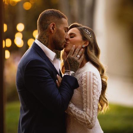 Lucas Lucco e Lorena Carvalho se casaram e compartilharam fotos nas redes sociais - Reprodução/Instagram