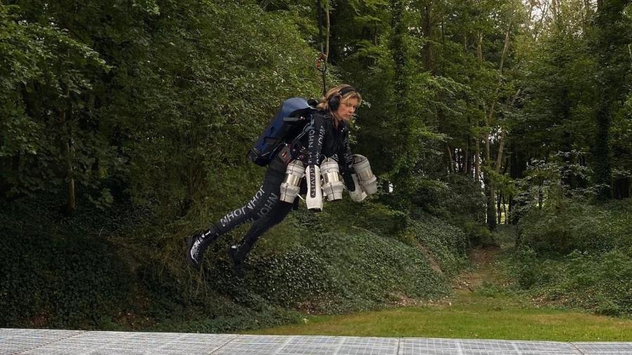 Karina Oliani em pleno voo com a mochila a jato - Arquivo pessoal