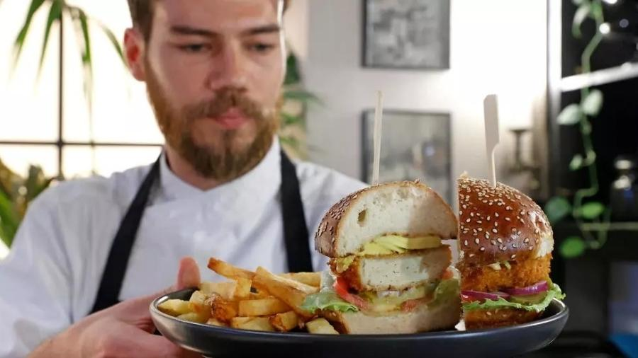 "Chef Shachar Yogev serve hambúrguer com frango ""in vitro"" - JACK GUEZ/AFP"