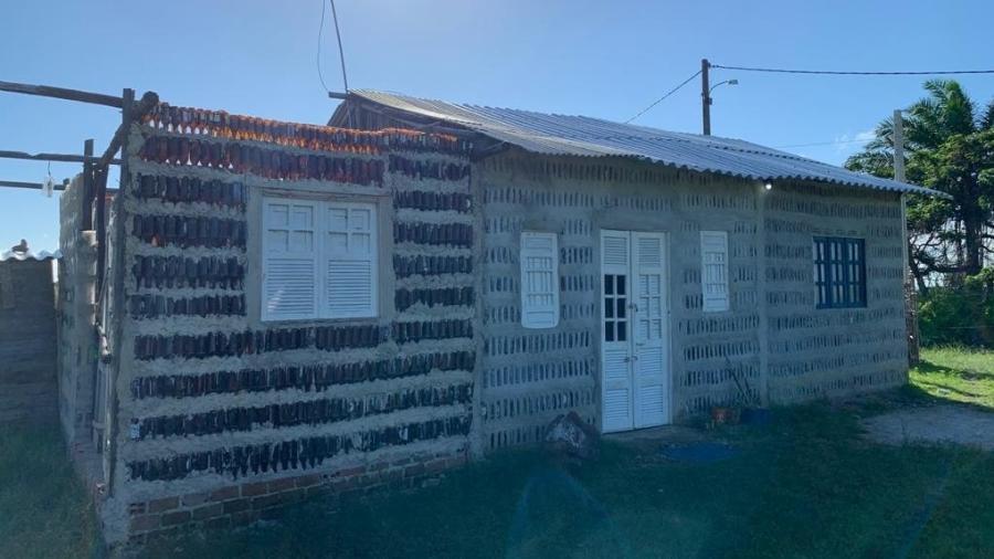 A Casa de Sal foi criada com milhares de garrafas de vidro descartadas irregularmente - Arquivo pessoal