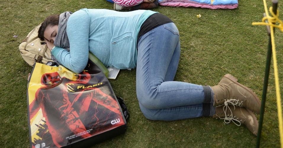 9.jul.2015 - Participante da Comic-Con dorme na fila para tentar uma vaga no Hall H, sala mais disputada do evento que se realiza em San Diego, na Califórnia