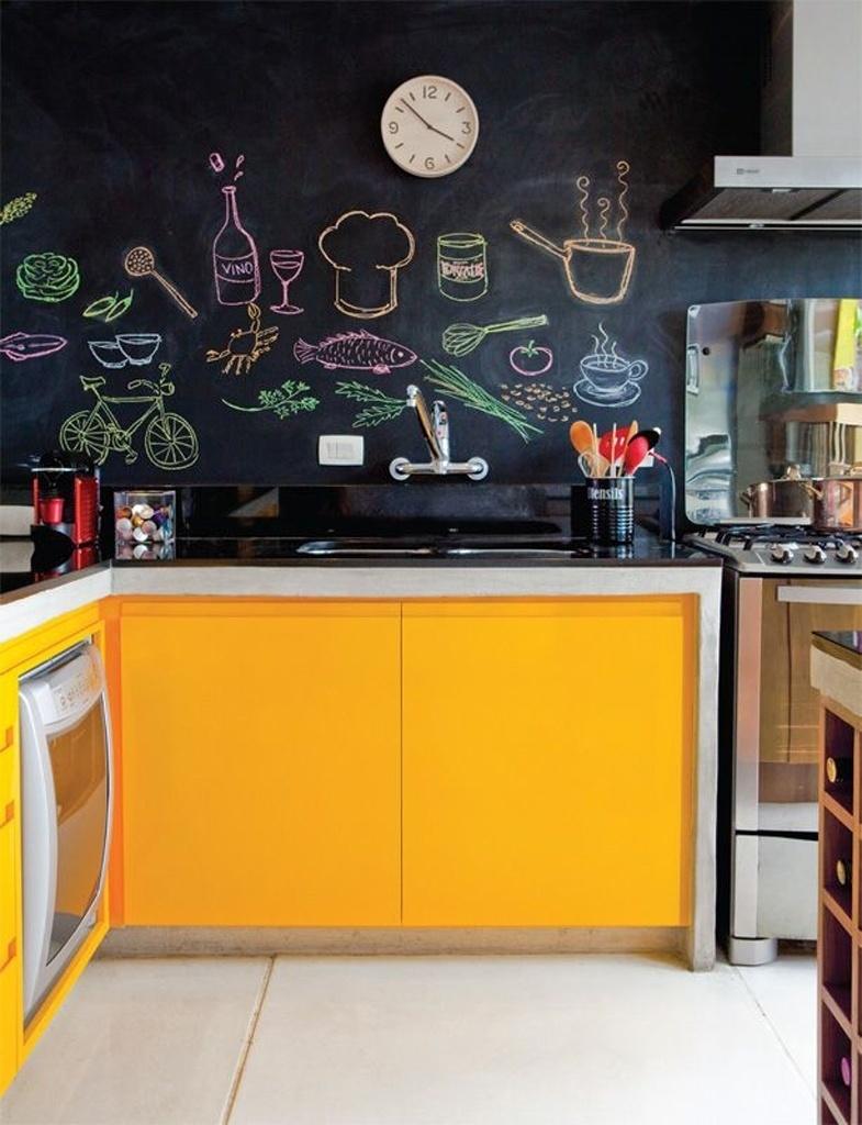 Neste exemplo, o esmalte acetinado transforma a parede em lousa (você também pode usar uma tinta-lousa específica). Aplicado na cozinha, o acabamento permite que as paredes se transformem conforme o desenho executado, no caso, comidinhas e guloseimas