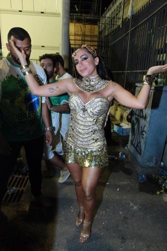 10.jan.2016 - Anitta exibe fantasia dourada antes de sambar no ensaio da Mocidade Independente de Padre Miguel