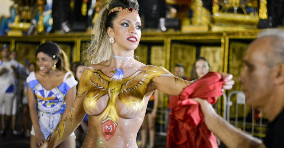 31.jan.2016 - Ana Paula Ferrari, musa da Águia de Ouro, usou apenas tinta para cobrir seu corpo, durante o ensaio da escola de samba, no Sambódromo do Anhembi.