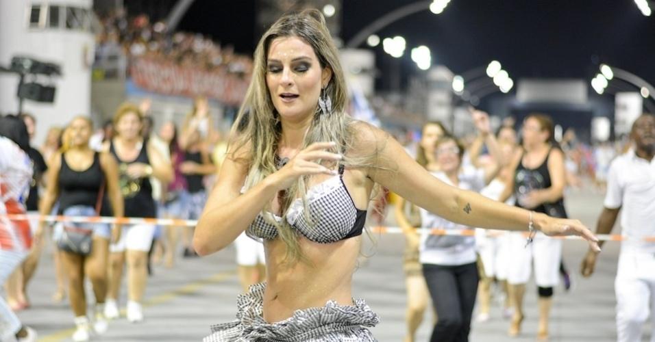"""02.fev.2016 - Vanessa Alcântara, musa da Acadêmicos do Tucuruvi, usou fantasia de """"freira-sexy"""" durante último ensaio da escola de samba no Sambódromo do Anhembi."""