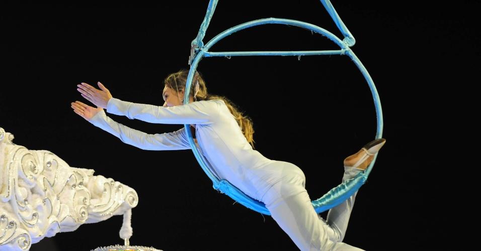 6.fev.2016 - Acrobata se apresenta durante desfile da Nenê de Vila Matilde que homenageou a atriz Cláudia Raia