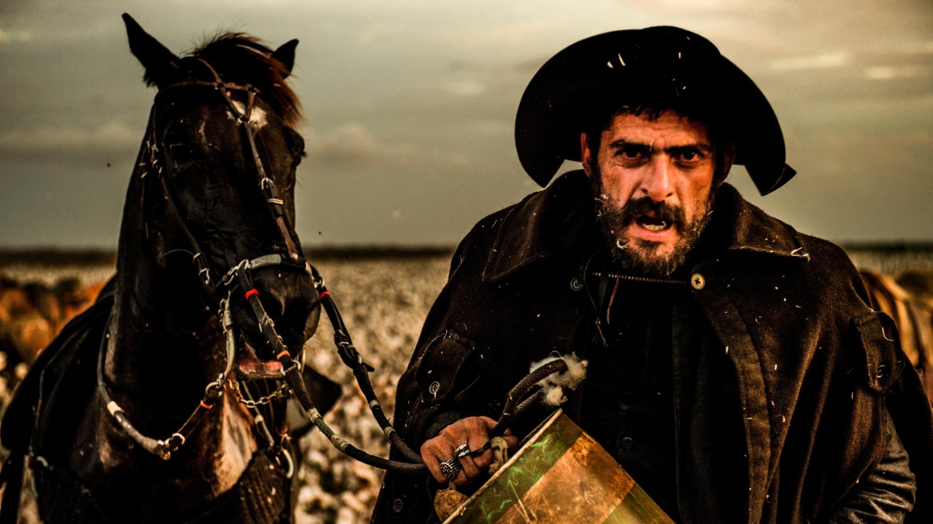 O ator Julio Machado, na pele do personagem Clemente, durante gravação em Baraúna (RN) para a nova novela das 21h da Globo,
