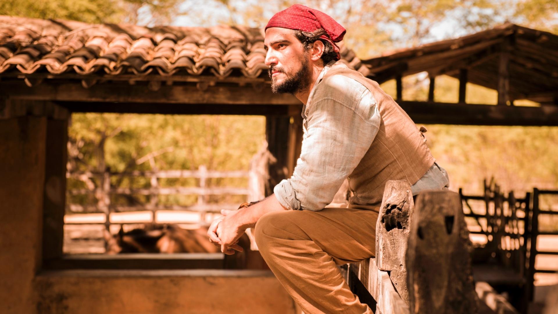 O ator Renato Góes, na pele do personagem Santo, participa de gravação de