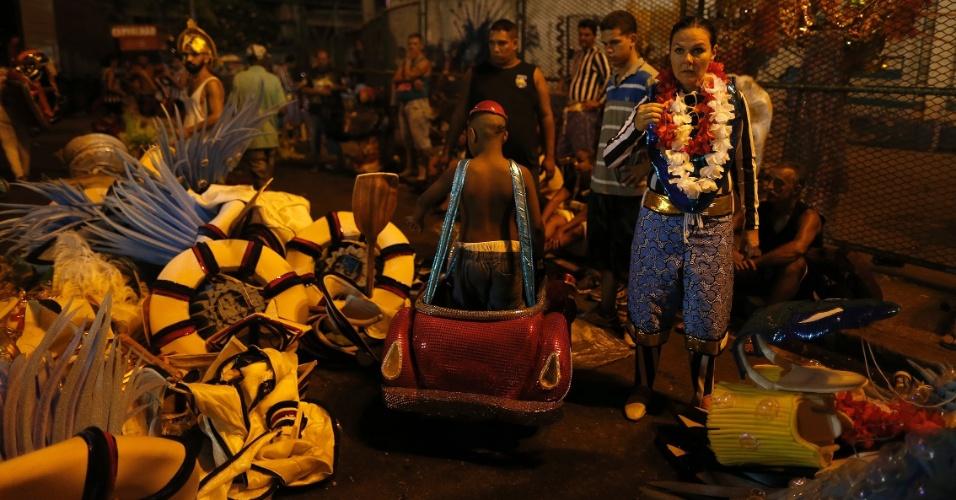 7.fev.2016 - Integrantes tiram a fantasia após desfilarem na 1ª noite da Sapucaí