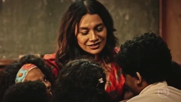 Beatriz (Dira Paes) ensina as crianças a respeitarem os colegas em