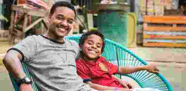 """Laranjinha (Darlan Cunha ) e o filho Davi (Luan Pessoa) de """"Cidade dos Homens"""" - Maurício Fidalgo/Globo - Maurício Fidalgo/Globo"""