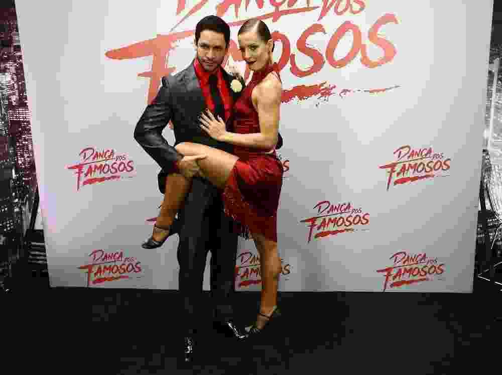 """Rainer Cadete posa com a bailarina Ju Valcézia na final da """"Dança dos Famosos"""" - Cláudio Augusto/Brazil News"""